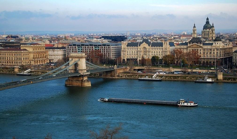 行程:早餐后,前往欧洲建筑博物馆-捷克首都布拉格。 ****午餐安排希尔顿酒店午餐(三道式)**** 午餐后,游览布拉格。游览【布拉格城堡】和小城区。城堡过去是国王的宫殿,现在是「总统府」,始建于九世纪,经过国内外建筑师和艺术家多次改建、装饰和完善,集中了各个历史时期的艺术精华,是捷克最吸引人的游览胜地之一。城堡包括以下景点:圣维特大教堂; 皇宫;黄金巷;城堡画廊;圣乔治教堂;皇宫花园等。小城区曾是达官贵人的居住区,仍然保存着中世纪风貌,这里有过去王公,贵族的华丽的宫殿,如华伦斯坦宫等;有历尽风雨沧桑的教